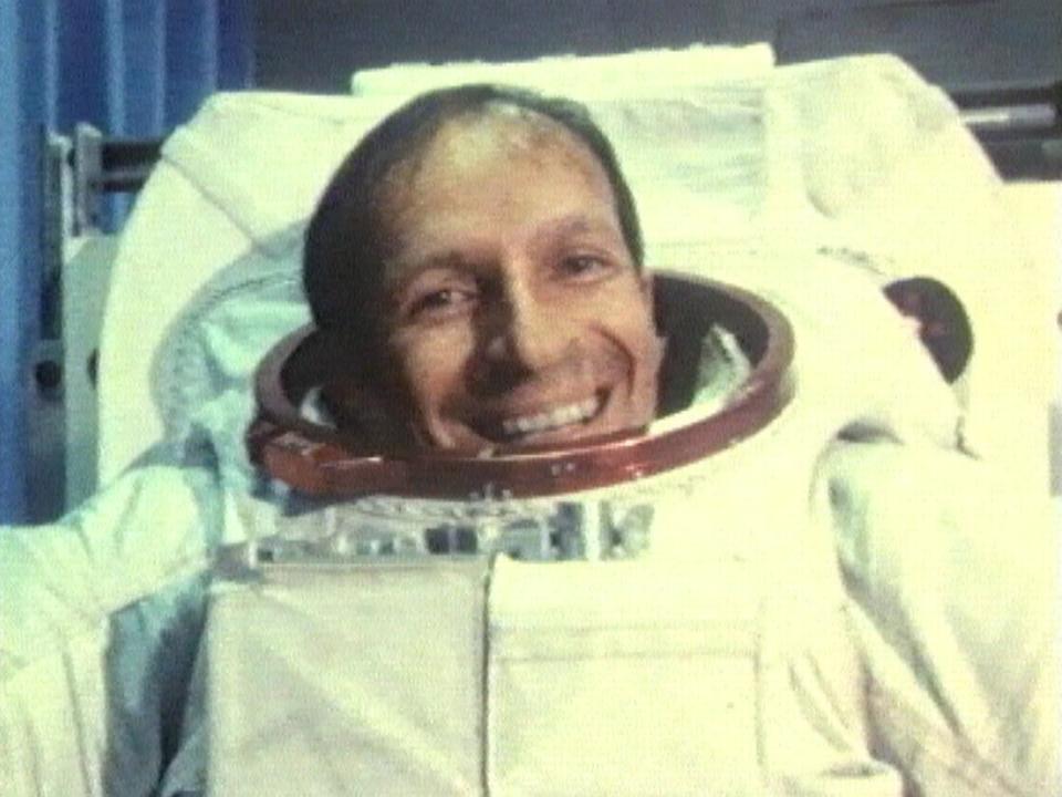 Claude Nicollier souriant dans son scaphandre, 1985. [RTS]