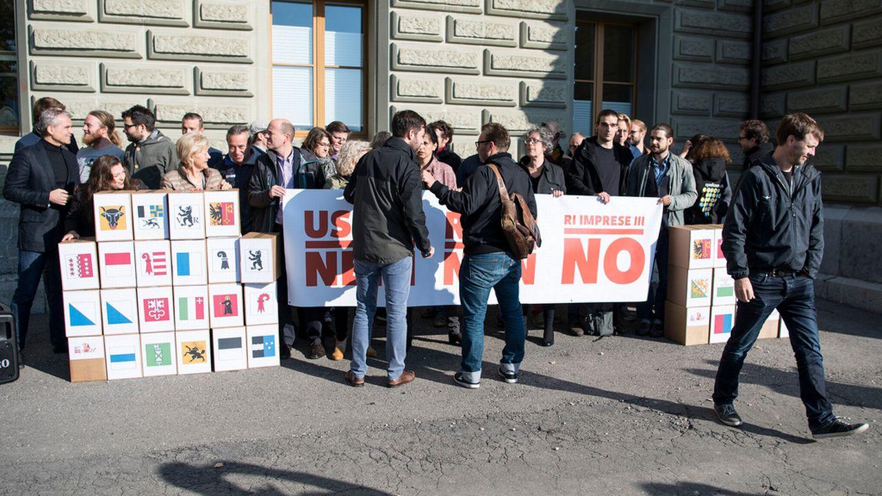 Le comité référendaire lors du dépôt des signatures à Berne. [Peter Schneider - Keystone]
