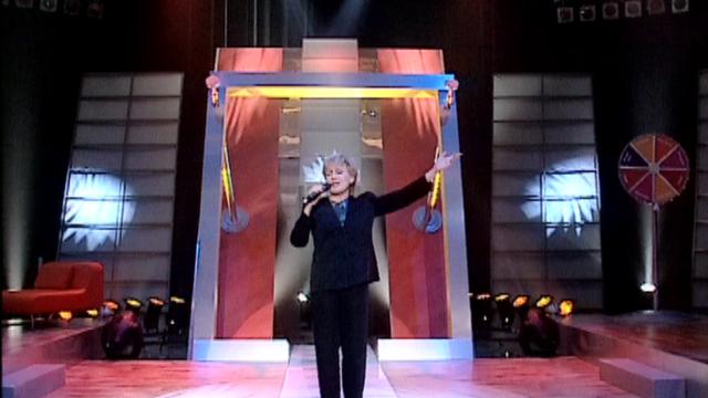 """Nicole Croisille chante """"Le blues du businessman"""", 2002. [RTS]"""