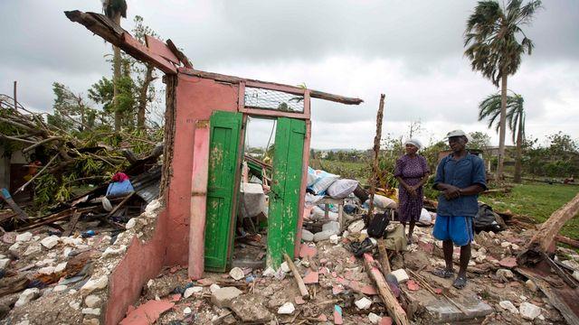 Des habitants regardent les ruines de leur maison après le passage de l'ouragan Matthew le 6 octobre 2016 à Les Cayes, en Haïti. [AP Photo/Dieu Nalio Chery - Keystone]