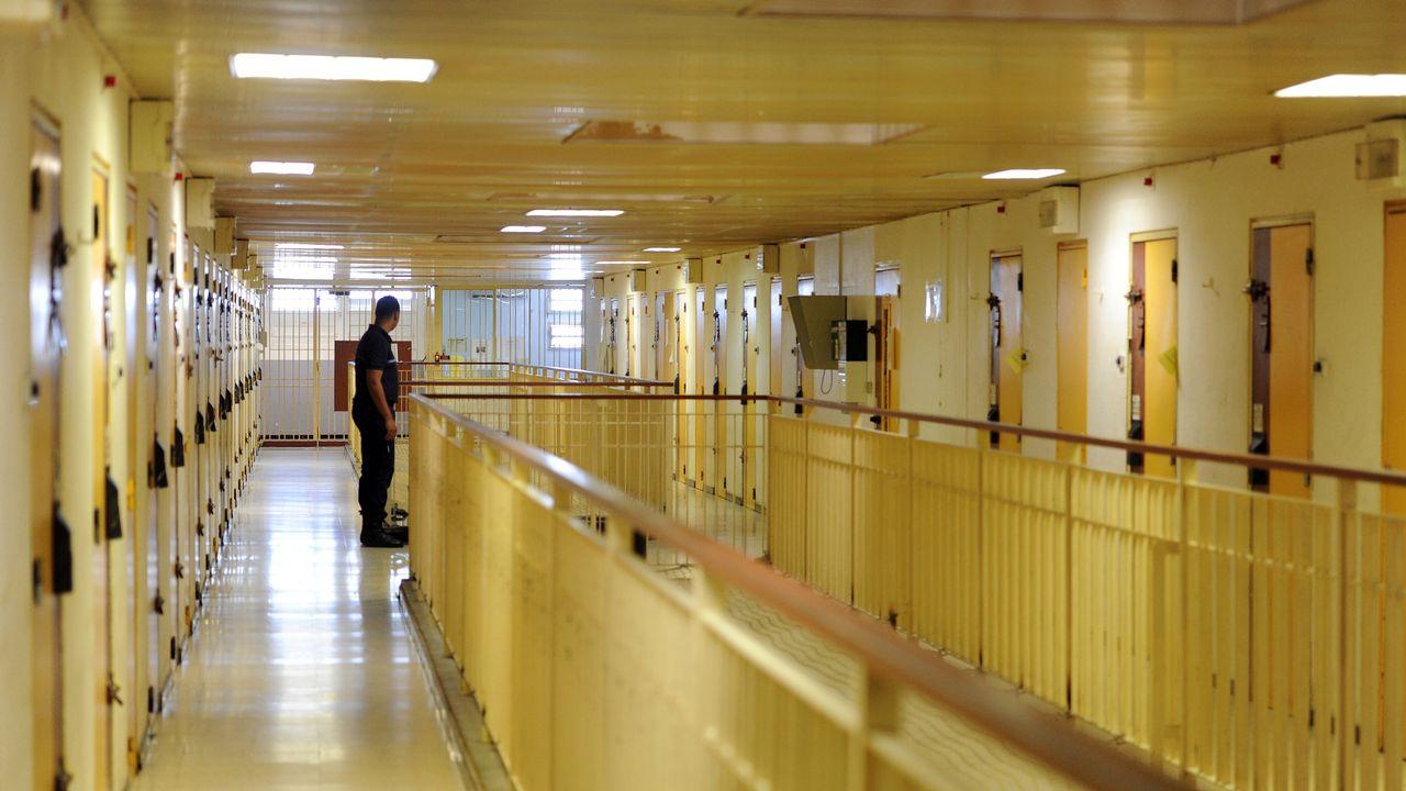Un surveillant pénitentiaire dans les couloirs d'une maison d'arrêt en France. [SYLVAIN THOMAS - AFP]