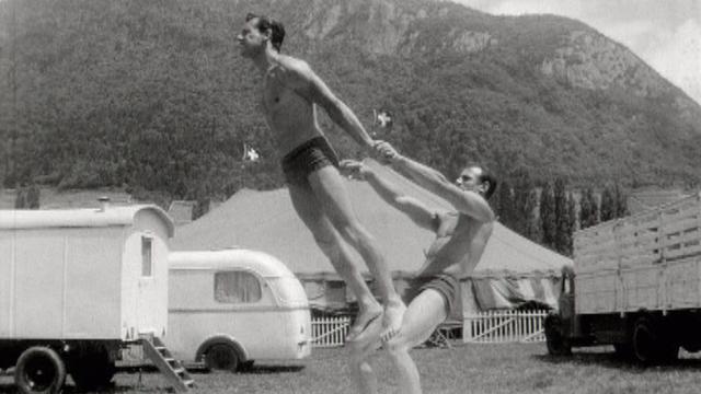 Les acrobates Donelys à l'entraînement en 1966. [RTS]