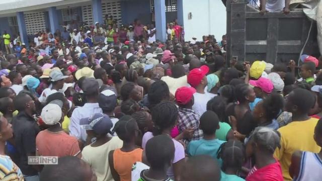 Foule rassemblée à Port-Salut en Haïti pour la distribution d'aide humanitaire [RTS]