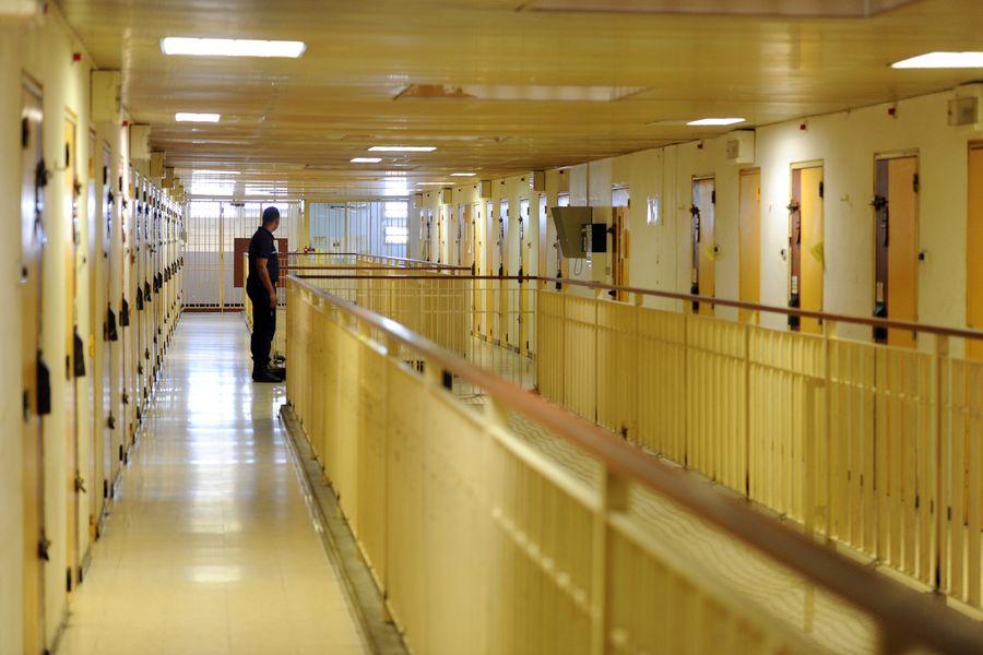 Un surveillant pénitentiaire dans les couloirs d'une maison d'arrêt en France.