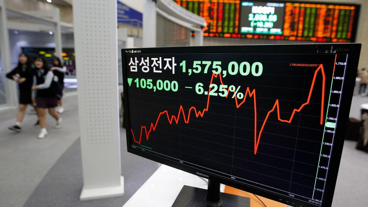 L'évolution de la valeur de Samsung à la Bourse de Séoul, photographiée le 11 octobre 2016. [AP/Ahn Young-Joon - Keystone]