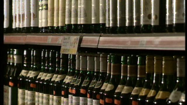 Bouteilles de vins dans les rayons d'un supermarché [RTS]