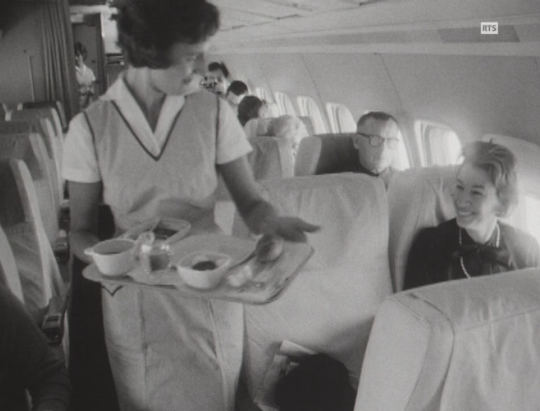 Le service à bord d'un long courrier Swissair en 1965.