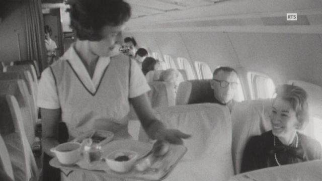Le service à bord d'un long courrier Swissair en 1965. [RTS]