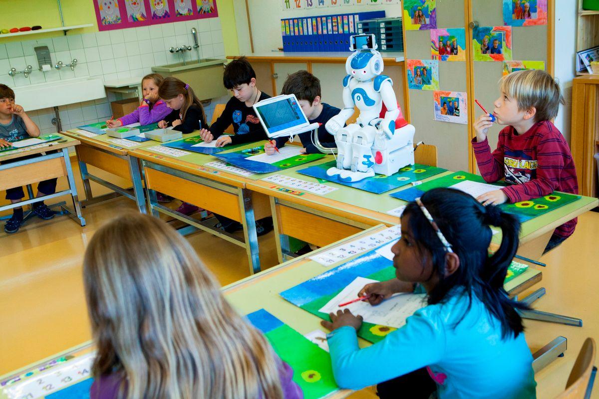 Le robot est présent en classe et l'enfant à l'hôpital peut voir ce qu'il se passe et interagir avec ses camarades au travers d'une tablette.