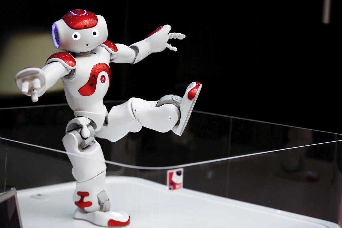 """Le robot """"Nao"""" peut danser et proposer des exercices physiques aux résidents de l'EMS de la Fondation Primeroche."""