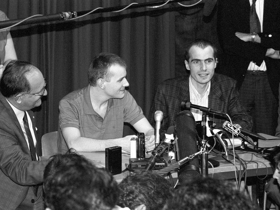 Le président du CICR Cornelio Sommaruga avec Elio Erriquez et Emanuel Christen, deux collaborateurs libérés après dix mois de détention au Liban, 14 août 1990. [CICR]