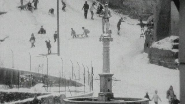 Parties de luge en vieille-ville de Fribourg en 1965. [RTS]