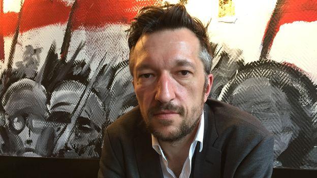 Le dramaturge Lukas Bärfuss monte à la barre et fait figure d'anti-Köppel