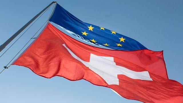 Les drapeaux suisse et européen. [Gaetan Bally - keystone]