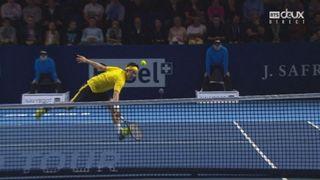 Bâle. 1re demi-finale. Kei Nishjikori (JPN) – Gilles Muller (LUX) (4-6 7-6). Finalement la  2e manche se joue au tie-break. 4 balles de set pour le Japonais. Deux lui suffiront [RTS]