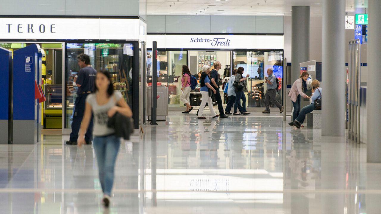 Des enseignes suisses telles que Tekoe, Prêt-à-manger Tibits sont majoritaires dans les gares suisses. [Christian Beutler - Keystone]