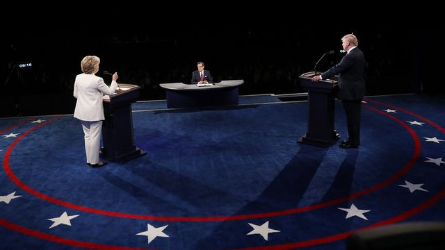 Hillary Clinton et Donald Trump lors du dernier débat présidentiel le 19 octobre. [Joe Raedle - Keystone]
