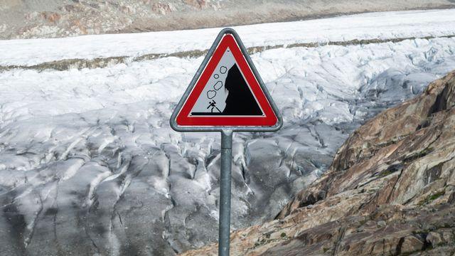 """Un panneau """"danger chutes de pierres"""" au-dessus du glacier d'Aletsch (VS. [DOMINIC STEINMANN - KEYSTONE]"""
