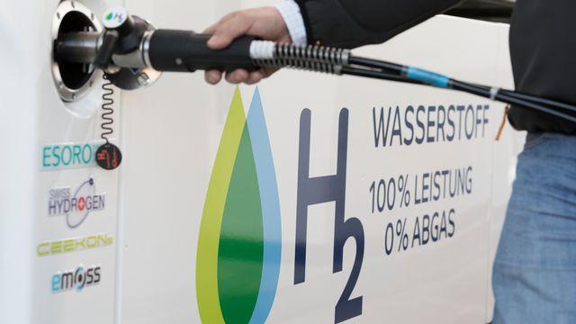 Alimentation d'un camion fonctionnant à l'hydrogène dans la première pompe de ce genre en Suisse, située à Hunzenschwil, dans le canton d'Argovie. [Gaëtan Ball - Keystone]