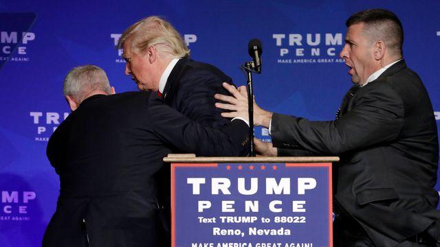 Donald Trump évacué de la scène par les services de sécurité. [AP Photo/John Locher - Keystone]