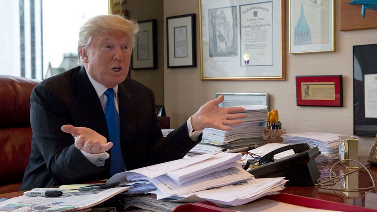 Donald Trump à son bureau dans la trump Tower à New York en mai 2016. [Mary Altaffer - Keystone]