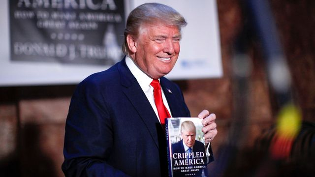 """Donald Trump, lors d'une séance de dédicaces pour son livre manifeste """"Crippled America - How To Make America Great Again"""". [KENA BETANCUR - AFP]"""