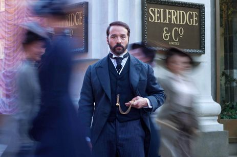 "L'acteur Jeremy Piven interprète Harry Gordon Selfridge dans la série ""Mr. Selfridge"". [RTS/ITV Studios]"