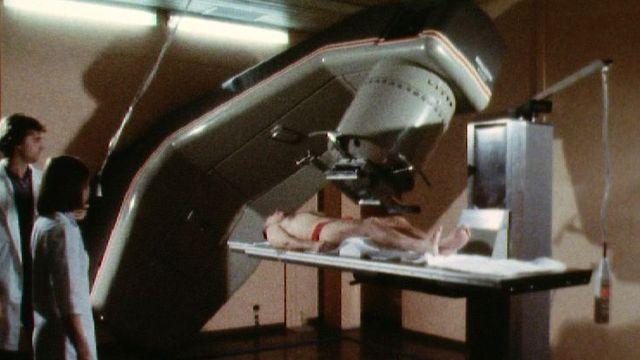 Séance de radiothérapie en 1983. [RTS]