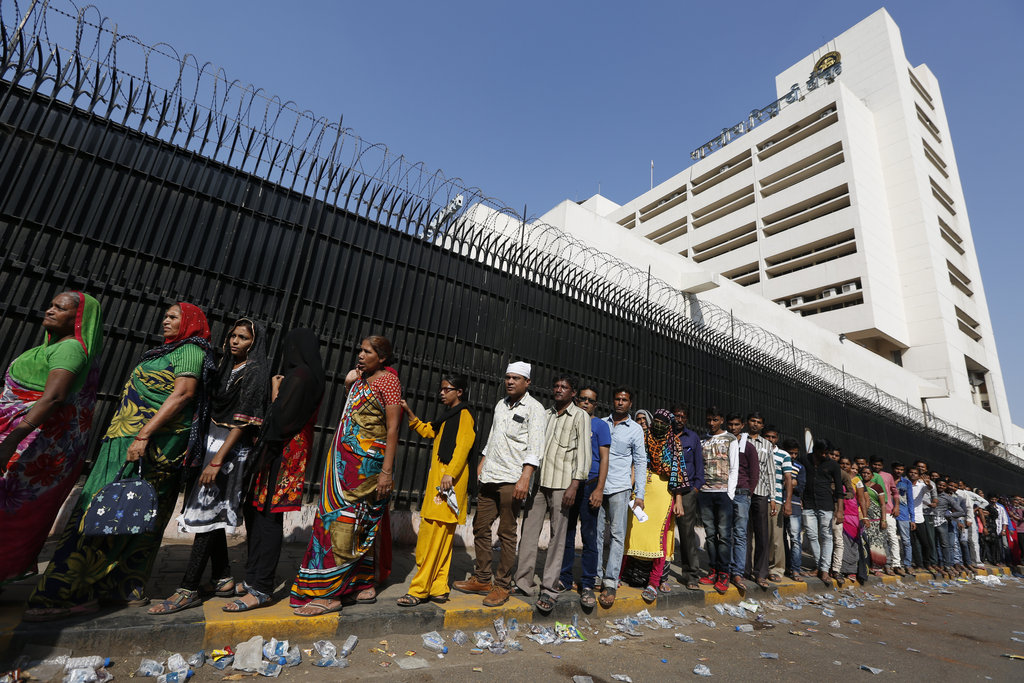 Des Indiens font la queue devant la Reserve Bank of India à Ahmadabad, le 13 novembre 2016.