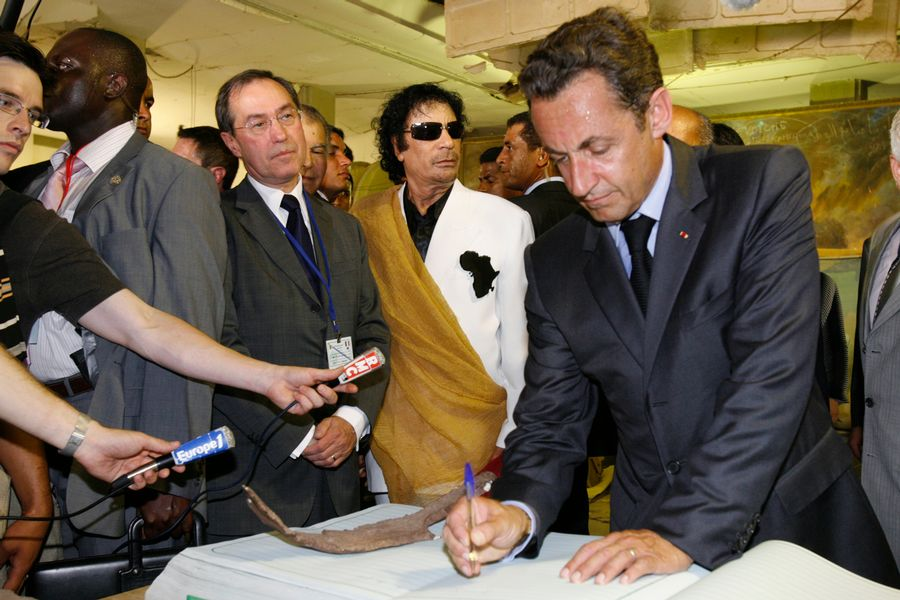 Claude Guéant, Mouammar Kadhafi et Nicolas Sarkozy en 2007 à Tripoli.