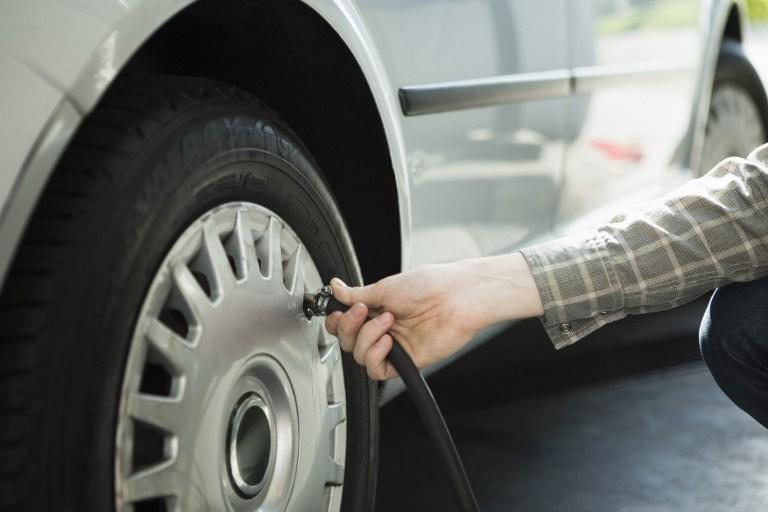 vos pneus sont ils bien gonfl s gare ce que dit votre voiture rep rages web. Black Bedroom Furniture Sets. Home Design Ideas