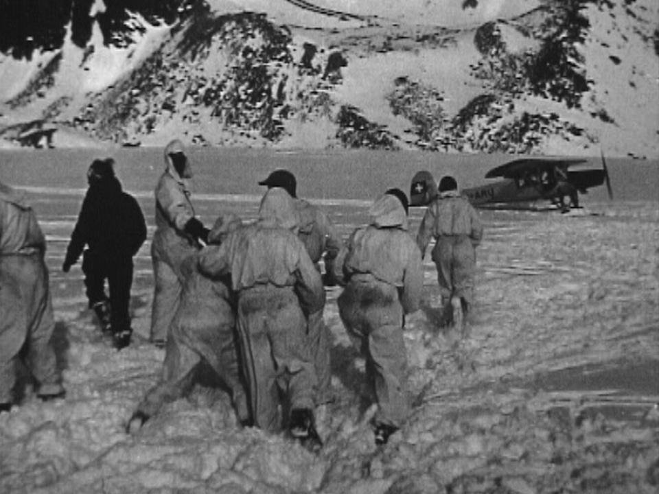 Colonne de sauvetage et avion militaire suisse sur lieu de l'accident aérien, 1946. [RTS]