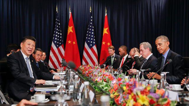 Le président chinois Xi Jingping, à gauche, lors d'une rencontre avec Barack Obama, à droite, le 19 novembre à Lima. [Pablo Martinez Monsivais - Keystone]