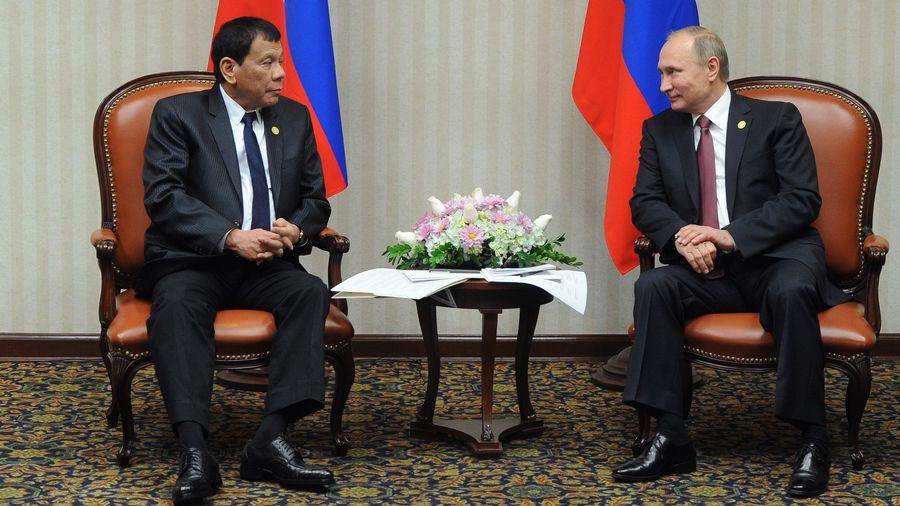 Le président des Philippines Rodrigo Duterte et son homologue russe Vladimir Poutine se sont entretenus le 19 novembre 2016.