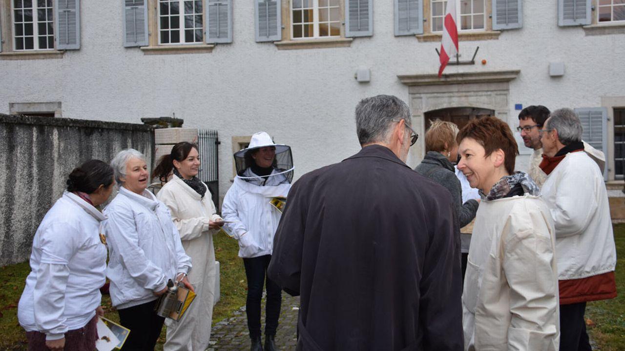 Les députés jurassiens mobilisés pour la défense des abeilles. [Gaël Klein - RTS]