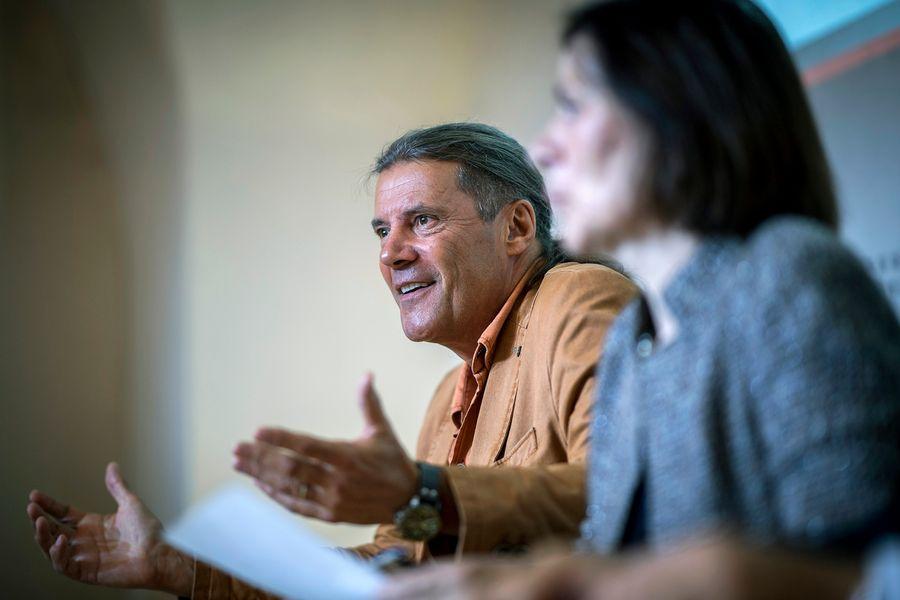 La présidente du Conseil d'Etat Esther Waeber-Kalbermatten (à droite) s'est dite choquée par les propos tenus par le consultant choisi par Oskar Freysinger (sur l'image).