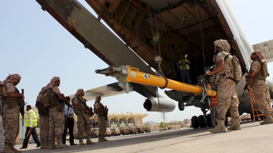 Des soldats des Emirats arabes unis déchargent des armes à l'aéroport d'Aden, au Yémen, en proie à une guerre civile.