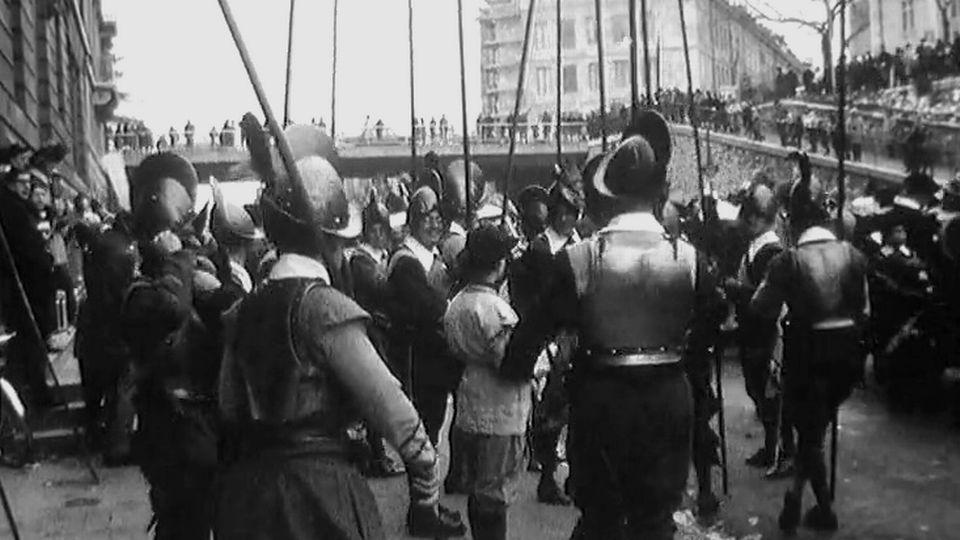 Piquiers se préparant avant le défilé de l'Escalade en 1967. [RTS]
