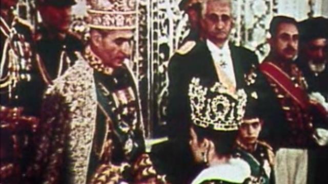 Le couronnement du Shah d'Iran et de son épouse Farah Dibah. [RTS]