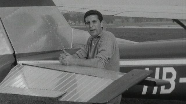 Gilbert Bécaud chante à bord d'un avion de l'Aéro-Club de Genève en 1965. [RTS]