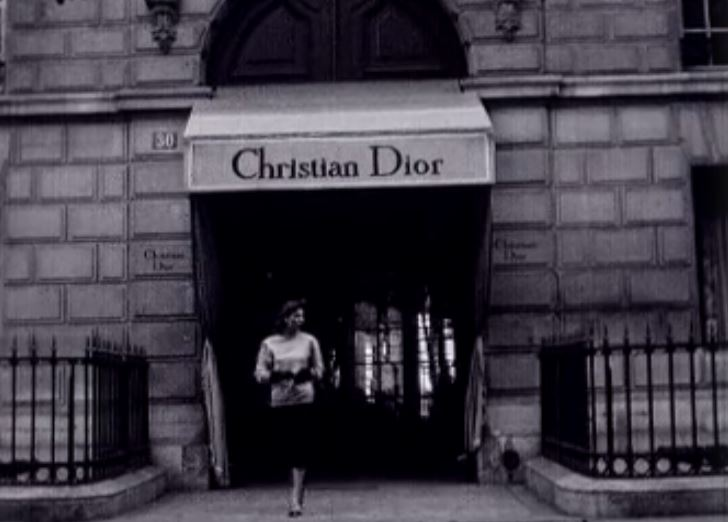 La boutique Christian Dior, le temple du chic parisien en 1954.