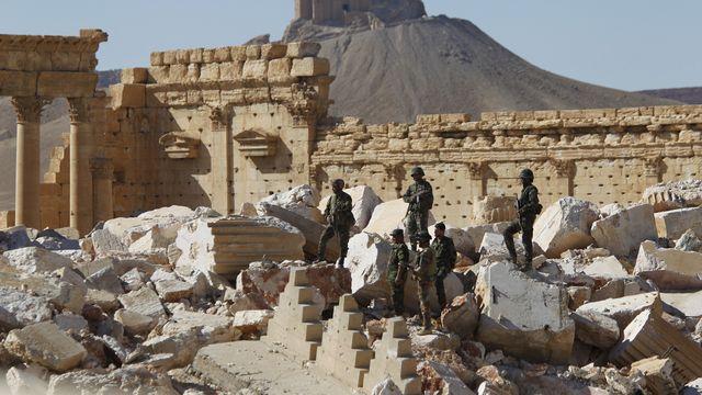 Des soldats syriens au milieu des ruines du temple de Bêl, dans la cité de Palmyre, en avril 2016. [Omar Sanadiki - Reuters]