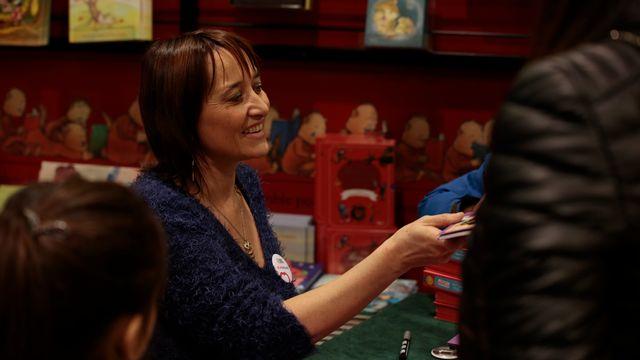 De nombreux parents et enfants sont présents à la dédicace de Christine Pompeï à la librairie Payot. Sébastien Blanc RTS [Sébastien Blanc - RTS]