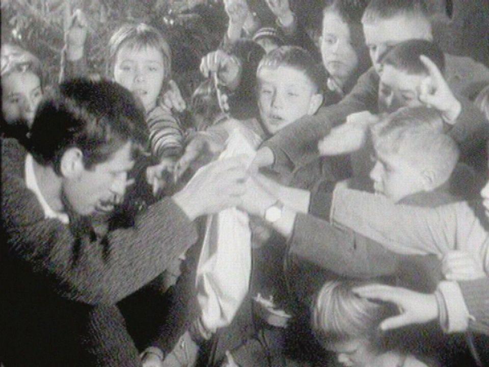 Les enfants de la Basse-ville de Fribourg célèbrent Noël en 1961. [RTS]