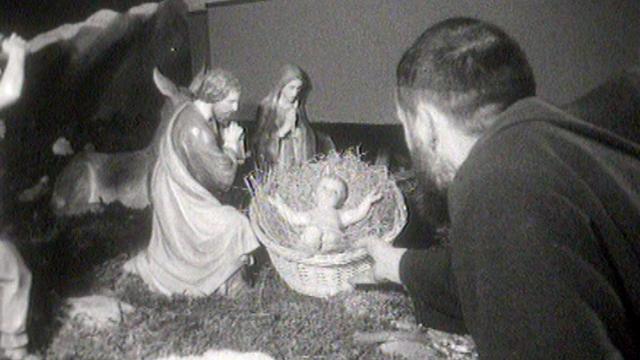 Les Capucins de Sion installent leur crèche de Noël en 1959. [RTS]