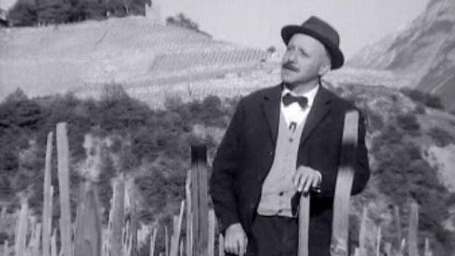 Maurice Chappaz dans sa vigne en 1965. [RTS]