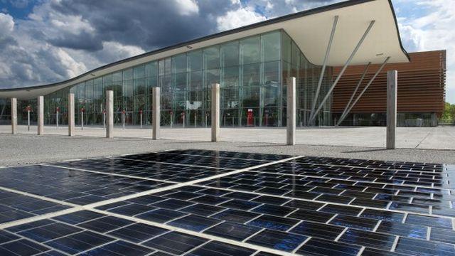 Le revêtement photovoltaïque utilisé pour le projet Wattway qui doit recouvrir 1000 kilomètres de routes en France d'ici cinq ans. [Entreprise Colas]