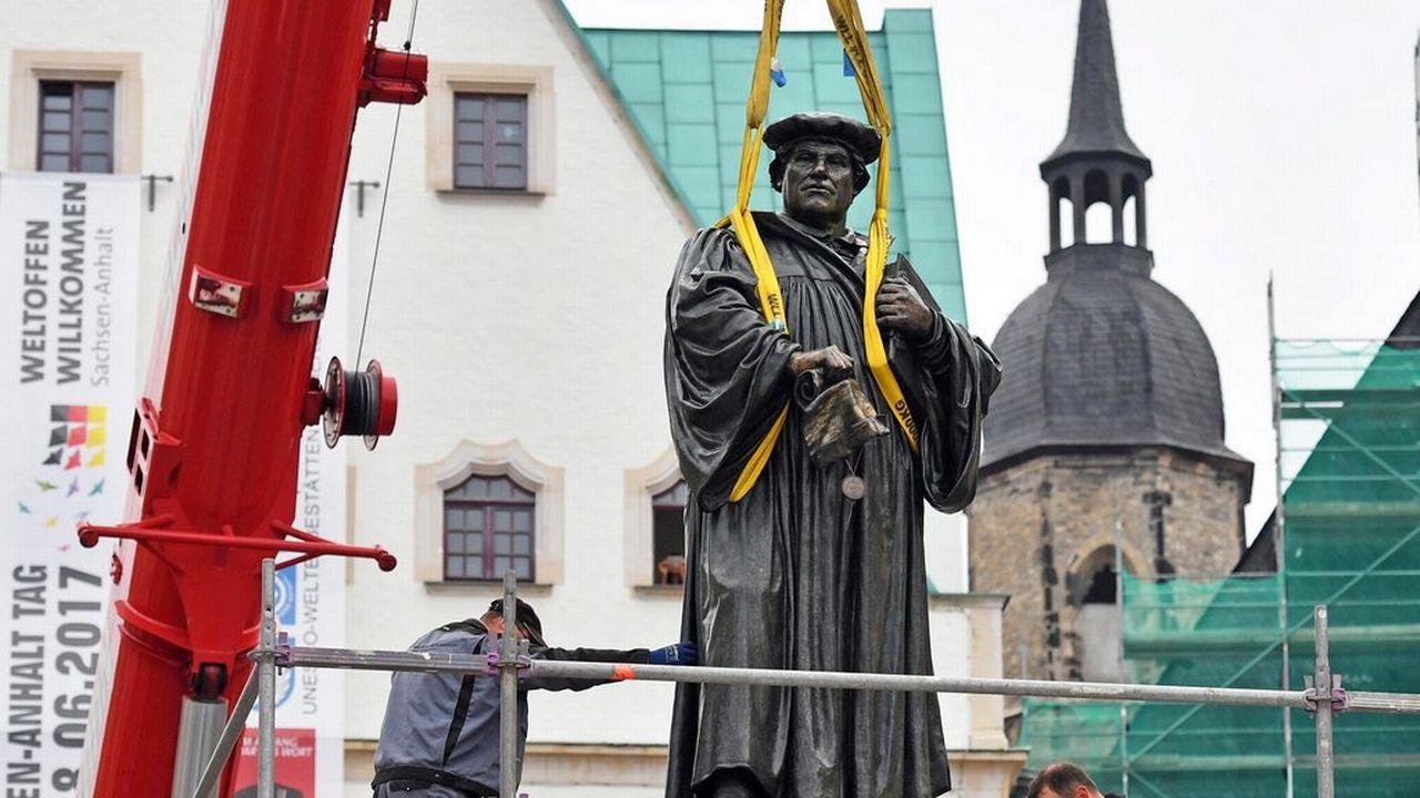 Lundi 26 septembre: une statue du réformateur Martin Luther prend place sur son piédestal dans la ville allemande de Eisleben. [EPA/Hendrik Schmidt - Keystone]