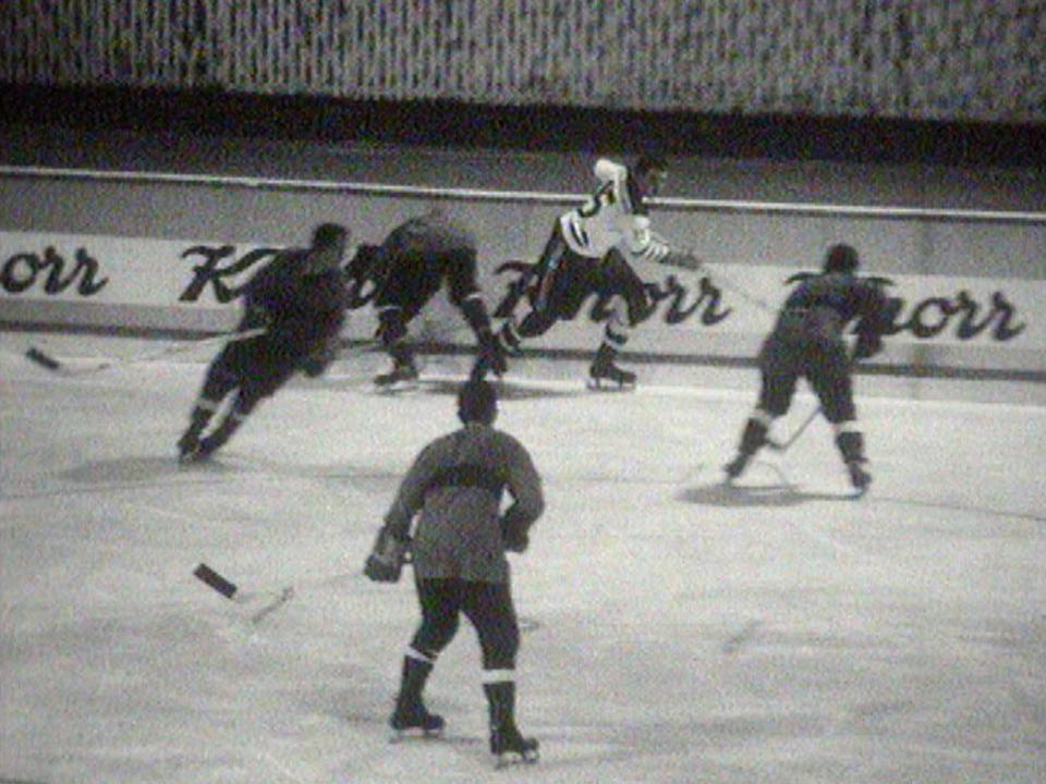 Match de hockey sur glace en Suisse en 1963. [RTS]