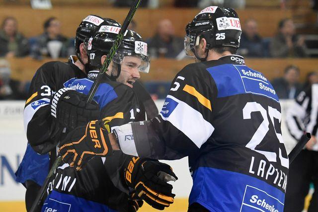 Luca Fazzini (à gauche) célèbre le 3 à 1 de Lugano. [Gian Ehrenzeller - Keystone]